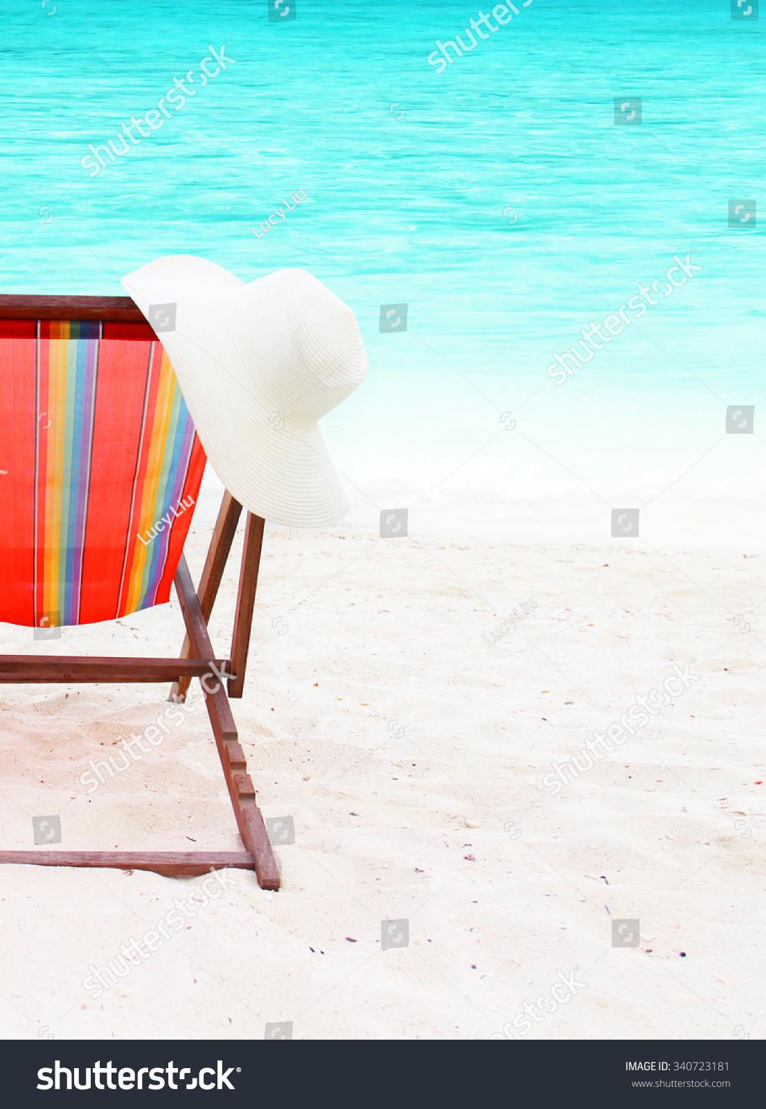 在海滩上椅子和一顶帽子