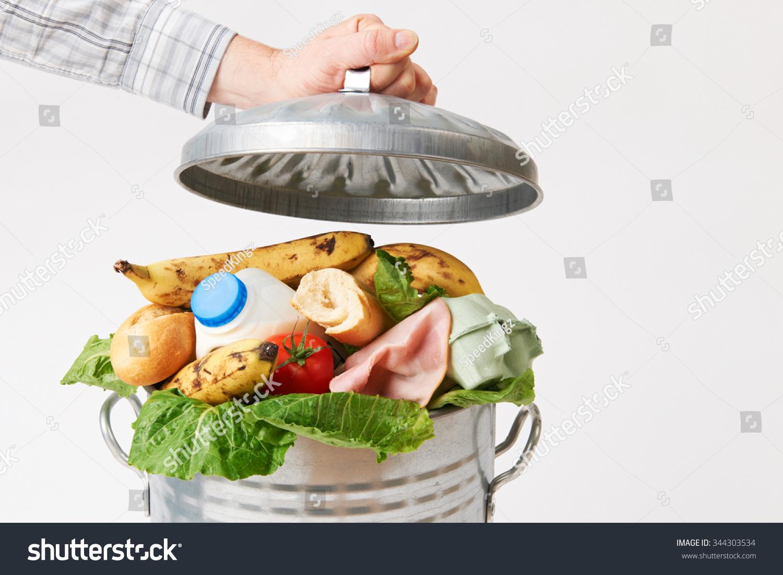 手把盖子放在垃圾桶满浪费食物