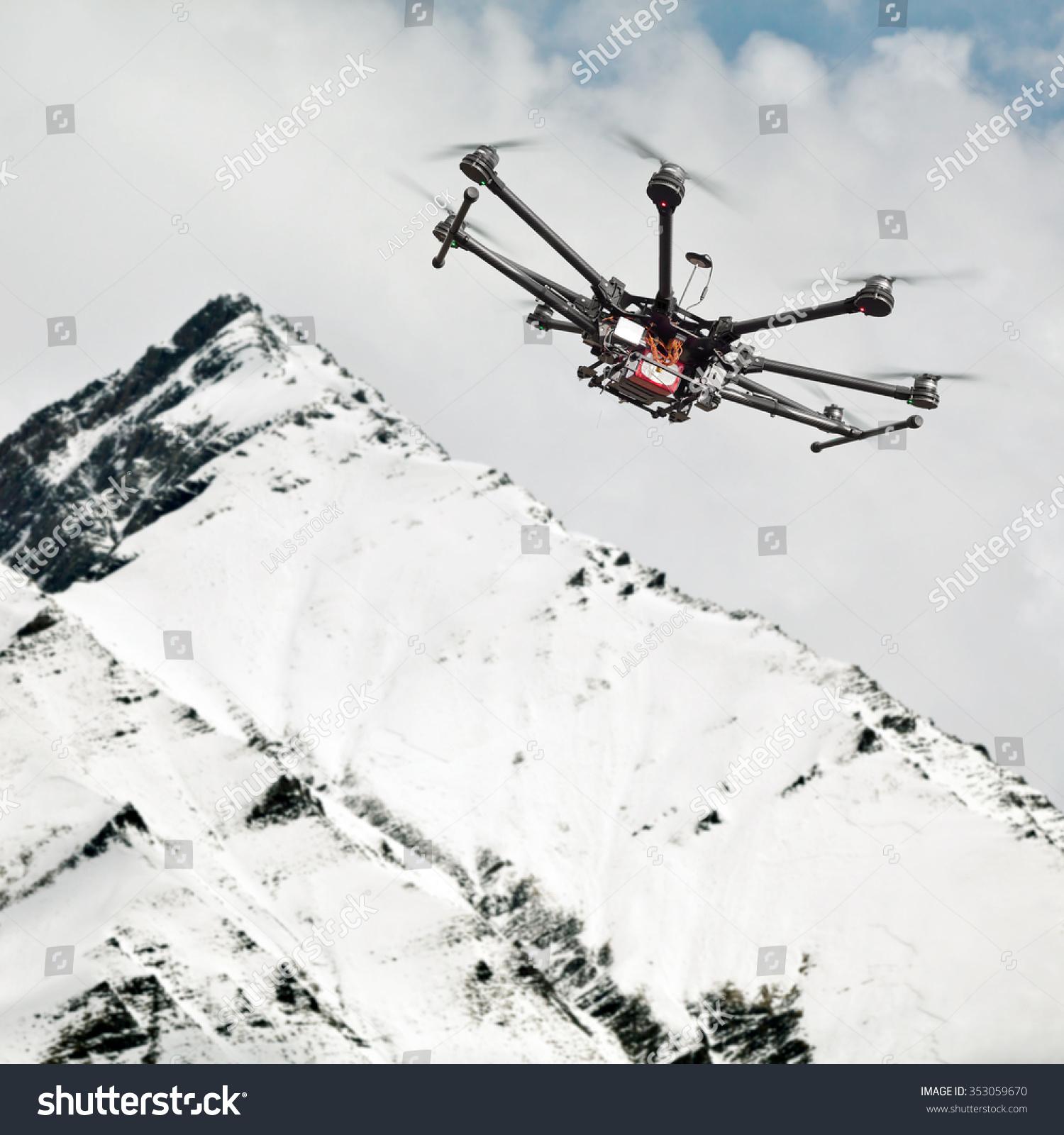 直升飞机飞过多山的地形.直升飞机拍摄在山区.遥控机.