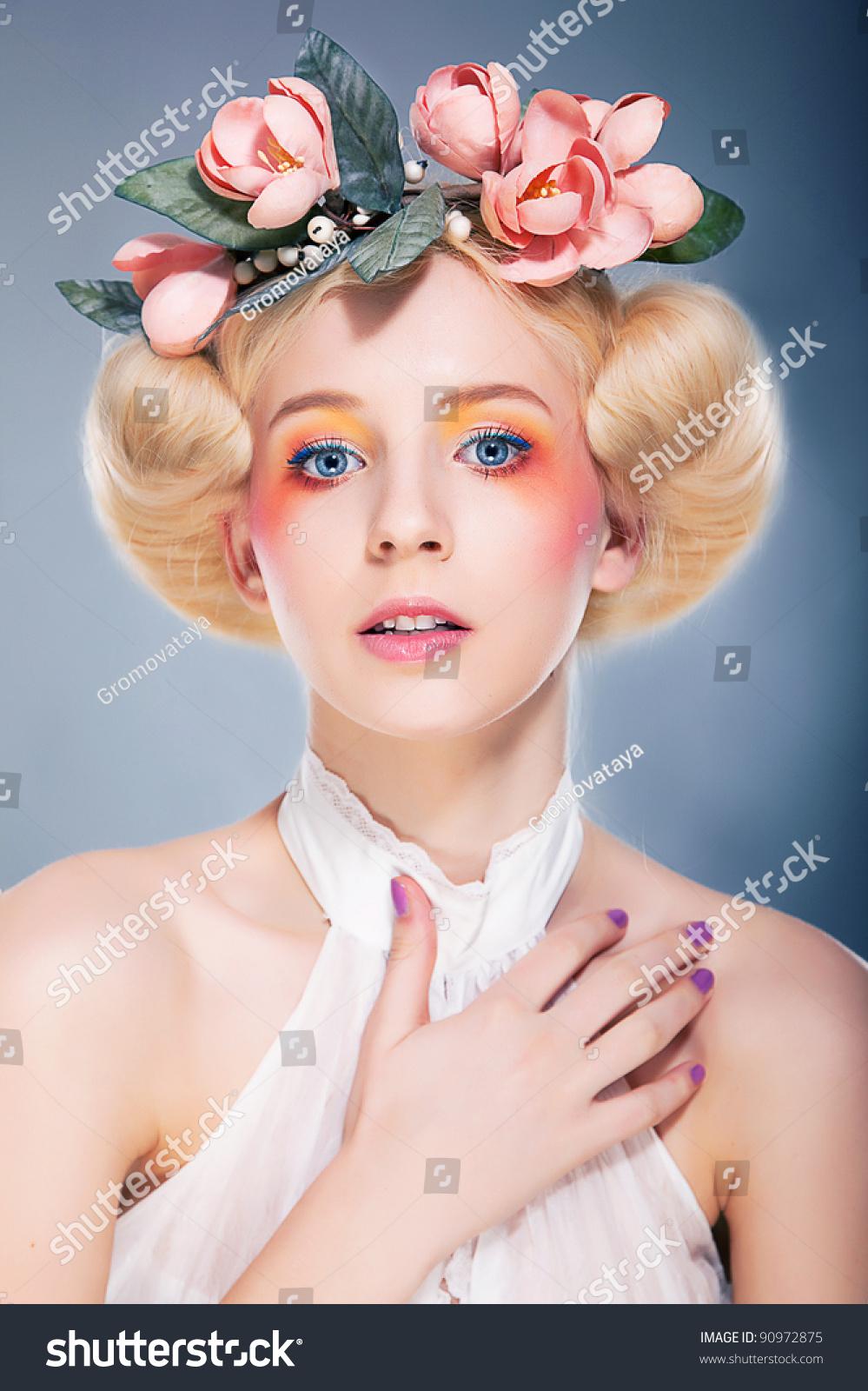 文艺复兴风格-豪华金发美女发型模特可爱的女孩冒充室