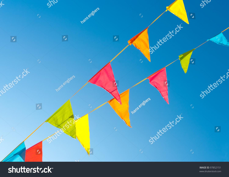 五颜六色的彩旗旗帜在蓝色天空饱和